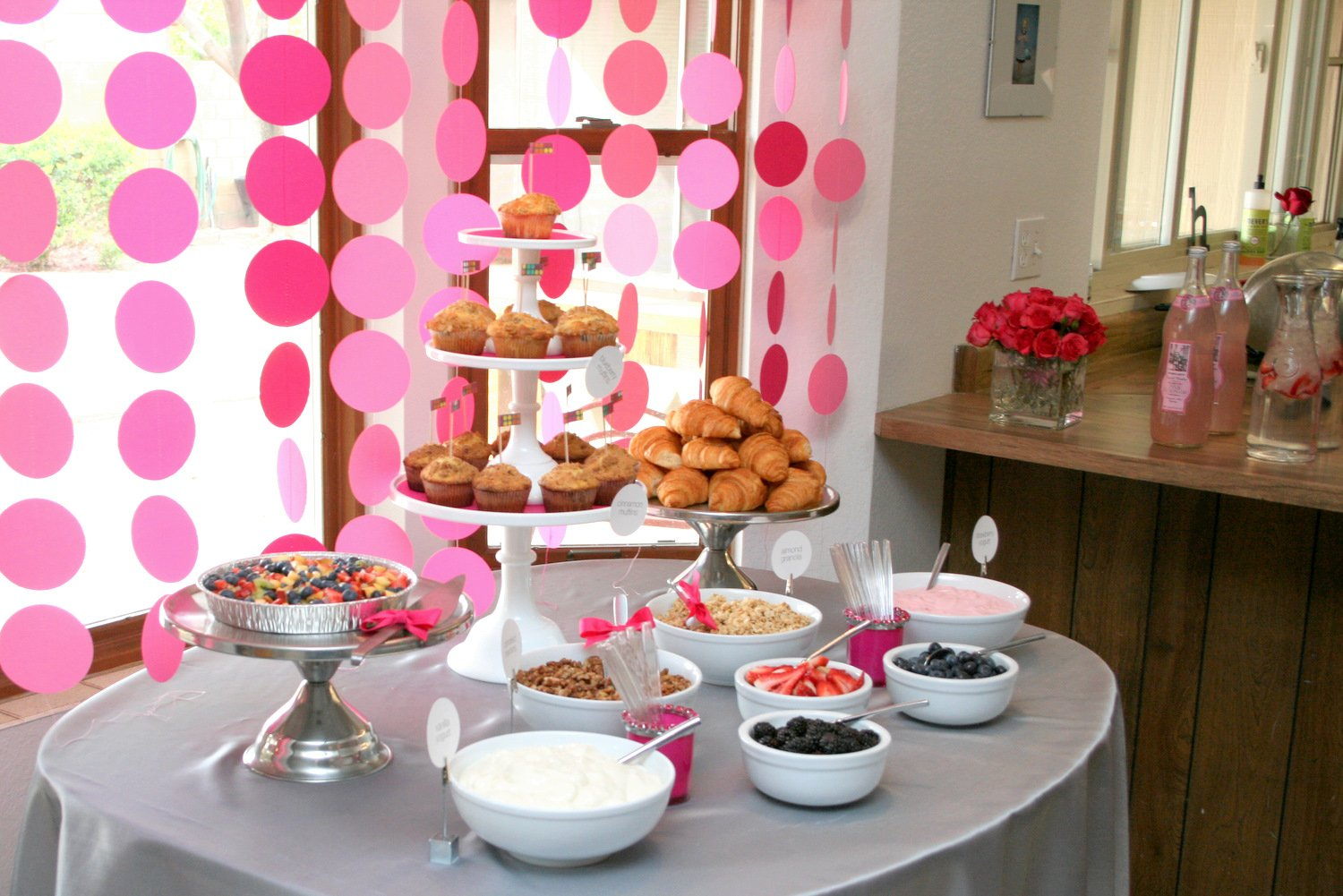 Circle garland baby shower paging supermom Brunch table decorations