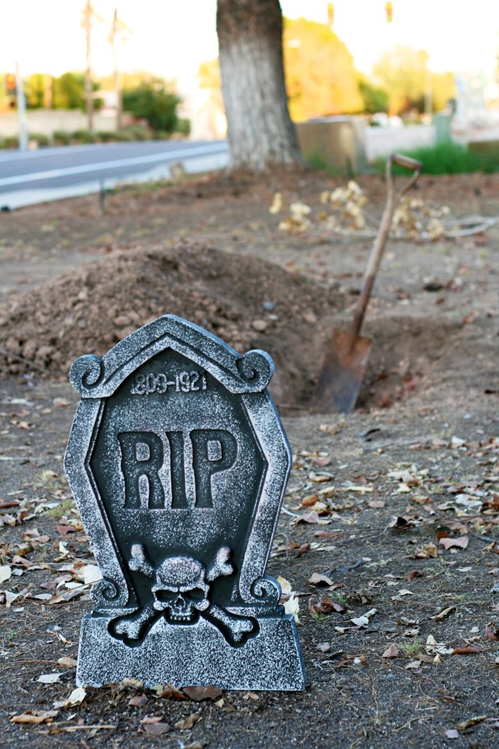 Half Dug Grave Halloween Yard Decor #halloween #decor #parties #frontyard