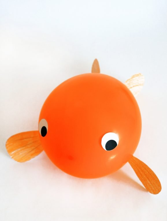 Adorable Balloon Goldfish Craft with Free Printable Template at PagingSupermom.com #goldfish #kidscraft #fishcraft