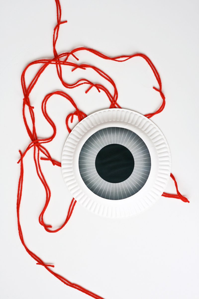 Make this easy, Eerie Eyeball Garland at PagingSupermom.com