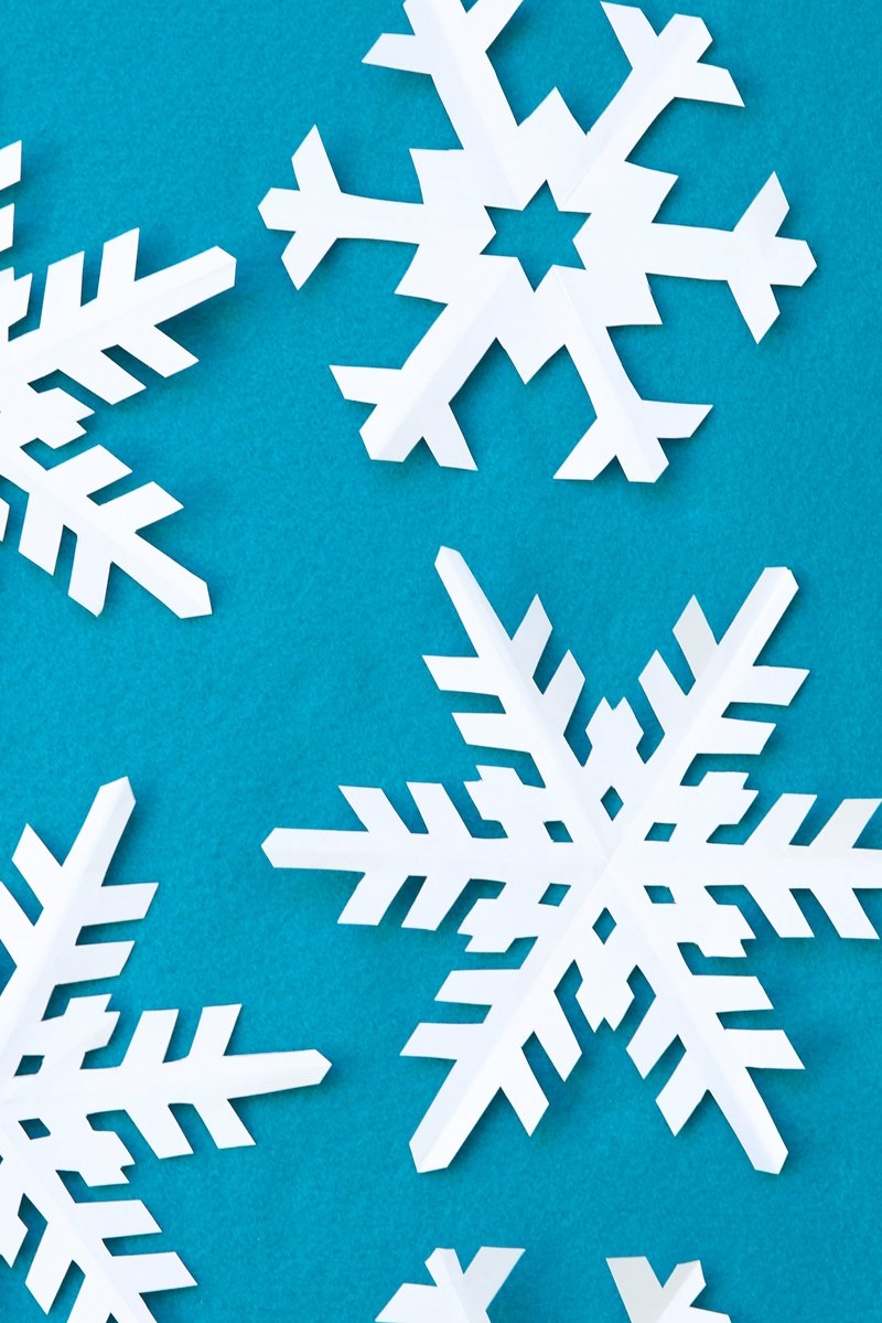 How to Cut Out a Snowflakes - get perfect paper snowflakes using this free snowflakes templates @PagingSupermom
