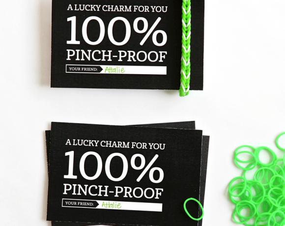 Cute FREE printable gift tag for Rainbow Loom Lucky Charm via @PagingSupermom for St. Patrick's Day #RainbowLoom