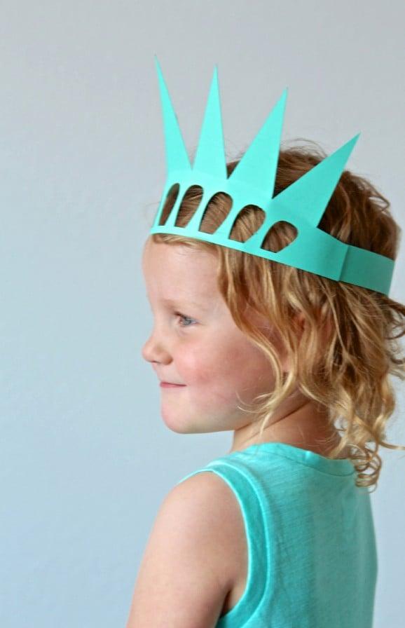 Make this Easy Statue of Liberty Crown from the FREE #Cricut Cut File via @PagingSupermom #explorecricut #julyfourth