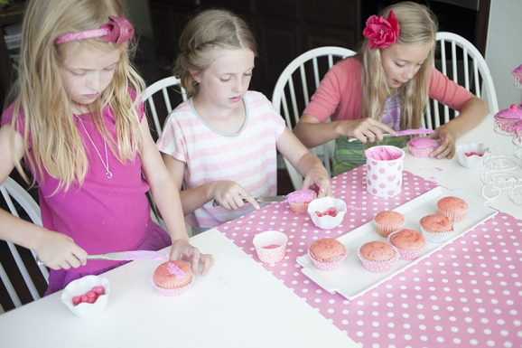 girls frosting cupcakes to go along with the Pinkalicious book via @PagingSupermom