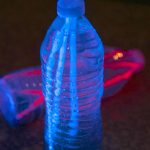 These look fun and EASY - make glowing dive sticks for the pool via @PagingSupermom