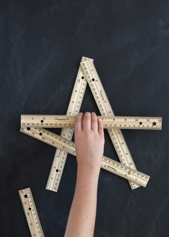 Love this star ruler wreath idea from @PagingSupermom. Super easy to whip together for #BackToSchool Decor