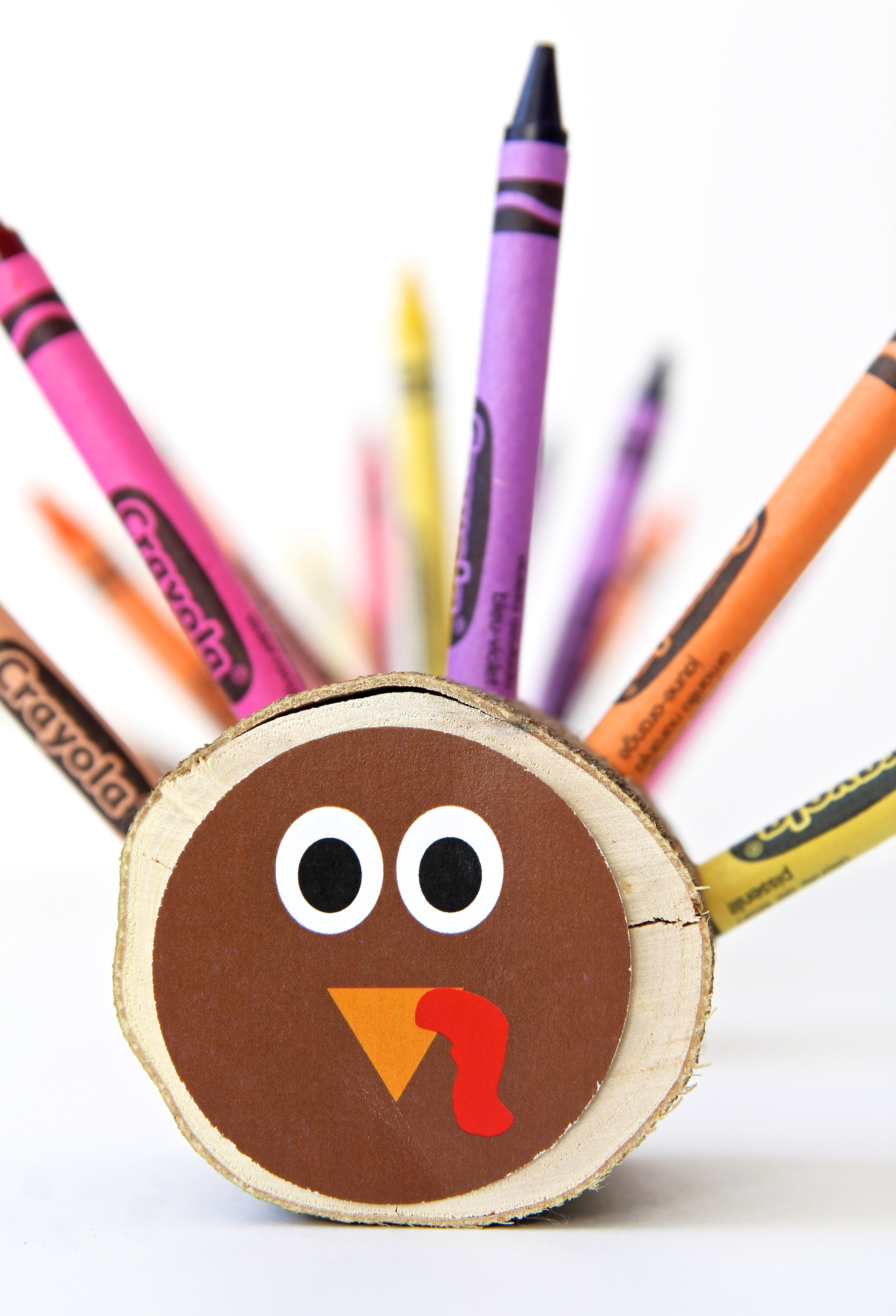 Love these Crayon Turkeys - Cute Thanksgiving Kids Table Ideas via @PagingSupermom