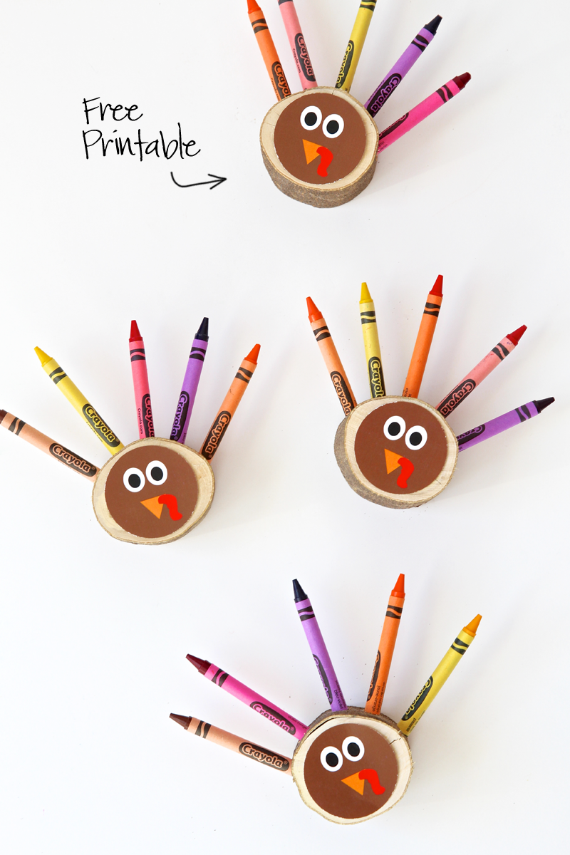 Love these Crayon Turkeys for a cute #Thanksgiving Kids Table with a #FreePrintable via @PagingSupermom
