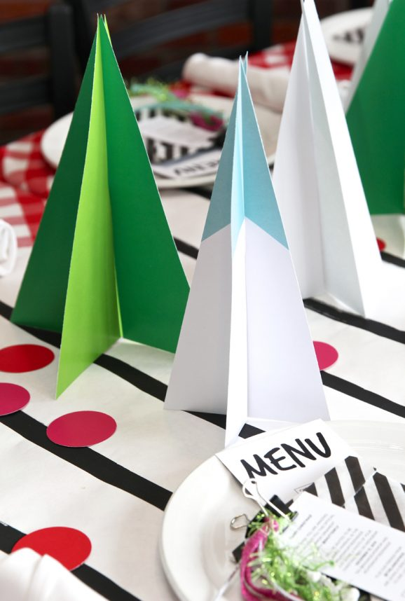 Free Printables to create this adorable Mod Tree Centerpiece or Table Runner for your holiday party via @PagingSupermom