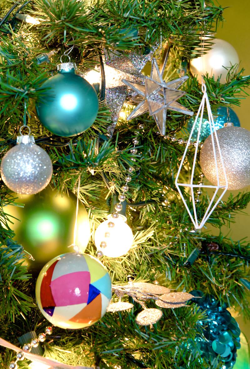 A Beautiful Family Christmas Tree via @PagingSupermom