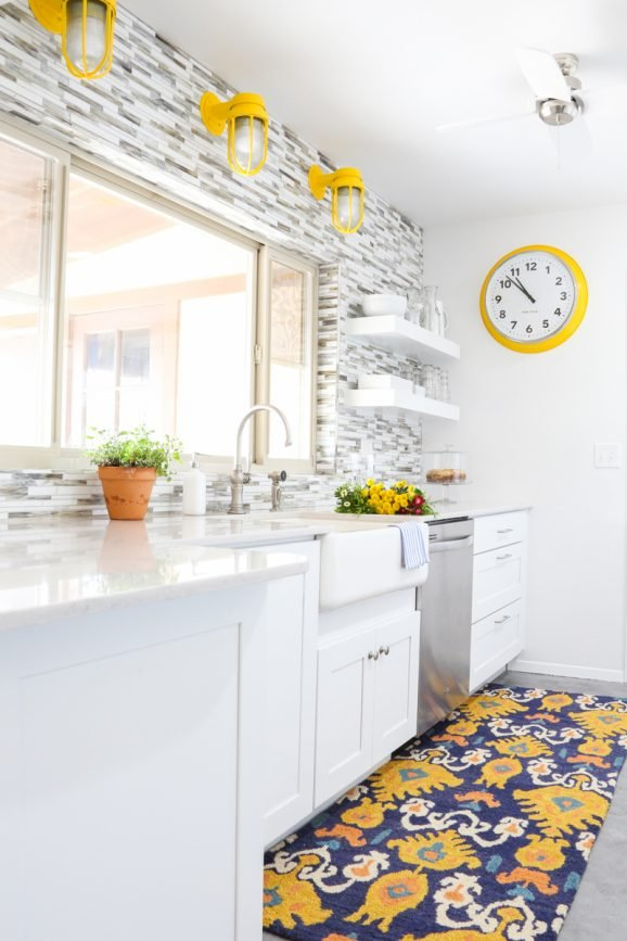 Love this cheerful kitchen