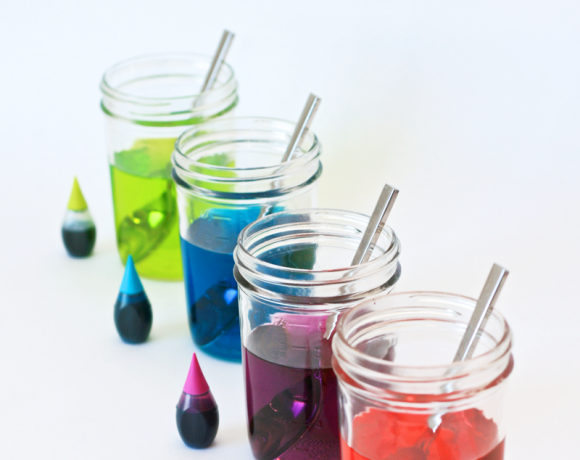 How to Make Easter Egg Dye from Scratch -- it's surprisingly EASY! Recipe via @PagingSupermom