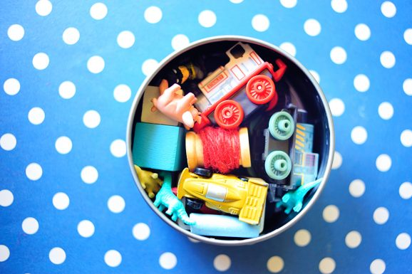 RESTAURANT KIT for kids that you keep in your purse. This is such a smart idea -- no more toys scattered around in my bag!