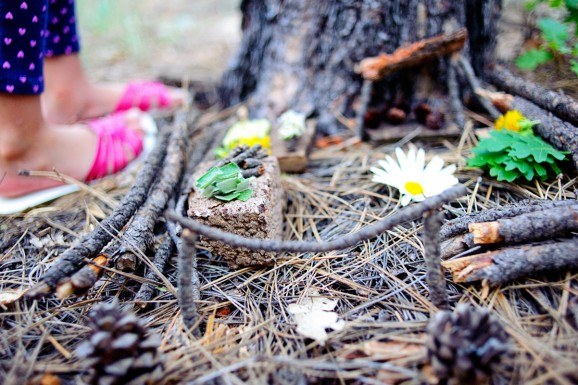 Love these fairy garden ideas -- such a fun outdoor activities to do with kids while camping in the forest via @PagingSupermom