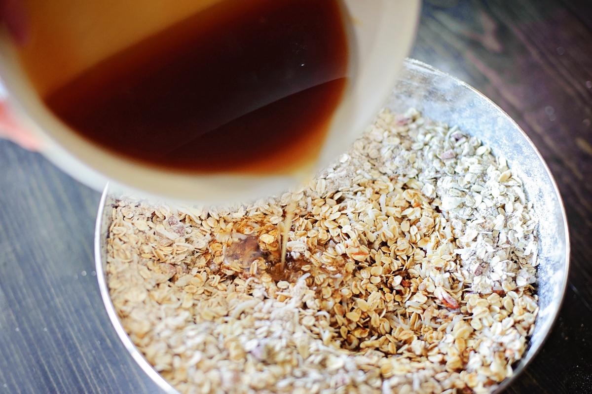 How to make Granola - easy homemade recipe and tutorial via @PagingSupermom