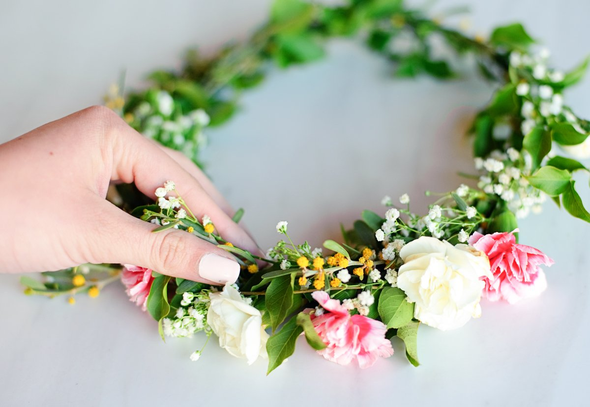 Make flower crowns with fresh flowers tutorial how to make a the best part is trying your crown on be sure to take lots of beautiful photos also the flower crowns last longer in the refrigerator with wet paper izmirmasajfo