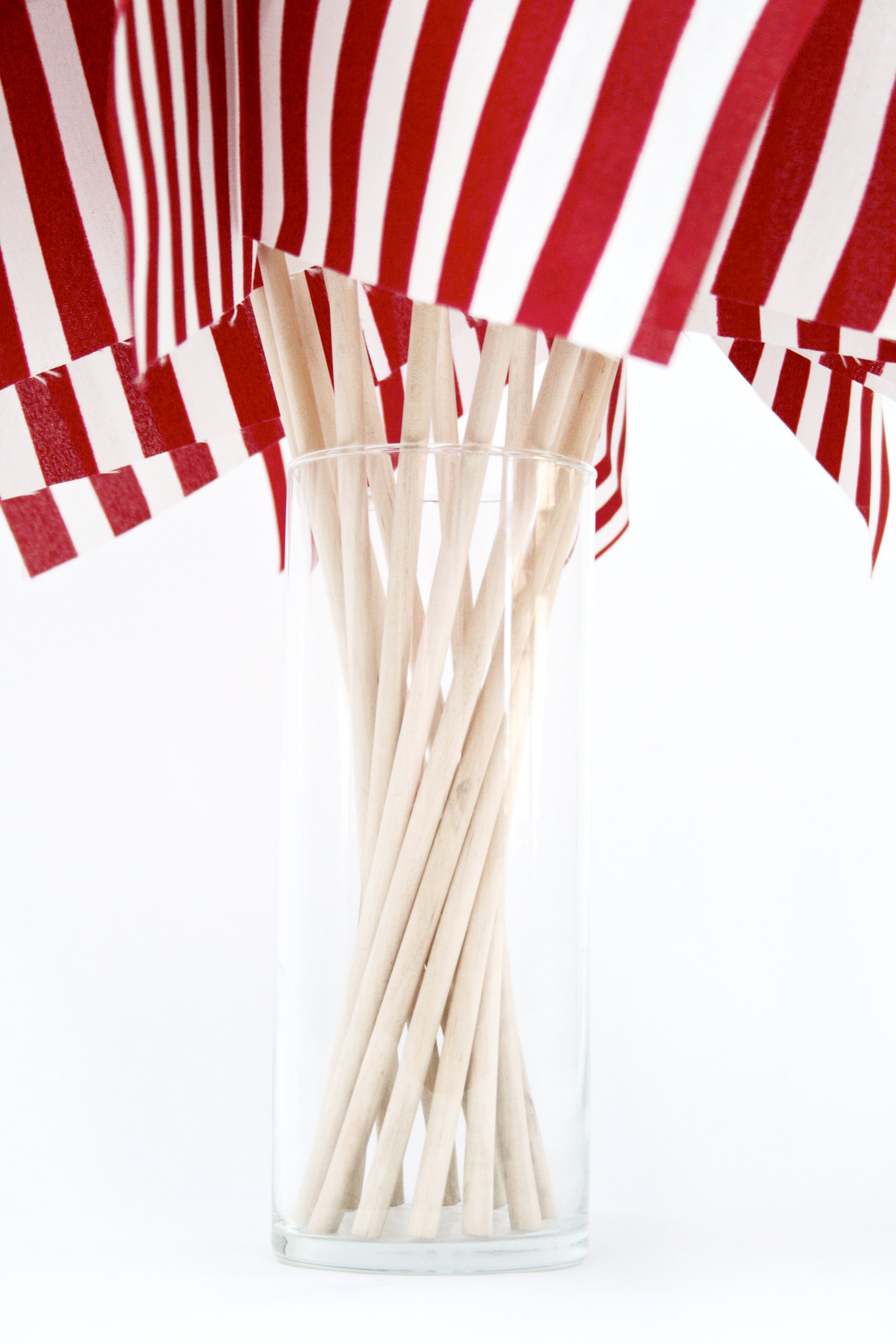 Easy Patriotic Centerpiece with Flags and a Vase via @PagingSupermom