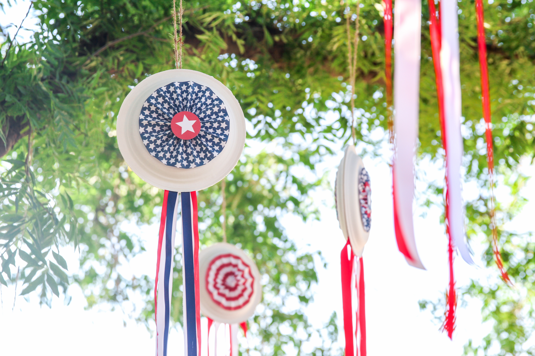 Those are PAPER PLATES! Don't miss these Cheap & Easy July 4th Decor ideas w/ FREE printable templates from @PagingSupermom