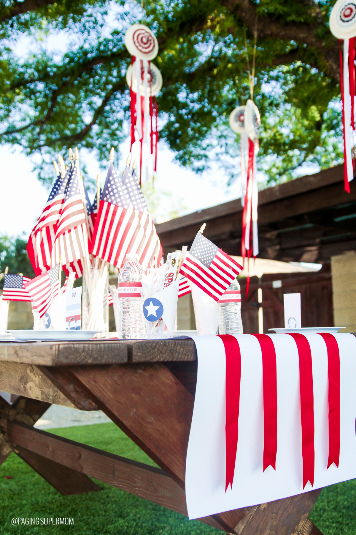 Easy July 4th Centerpiece and DIY July Fourth Table Ideas with FREE printables from @PagingSupermom