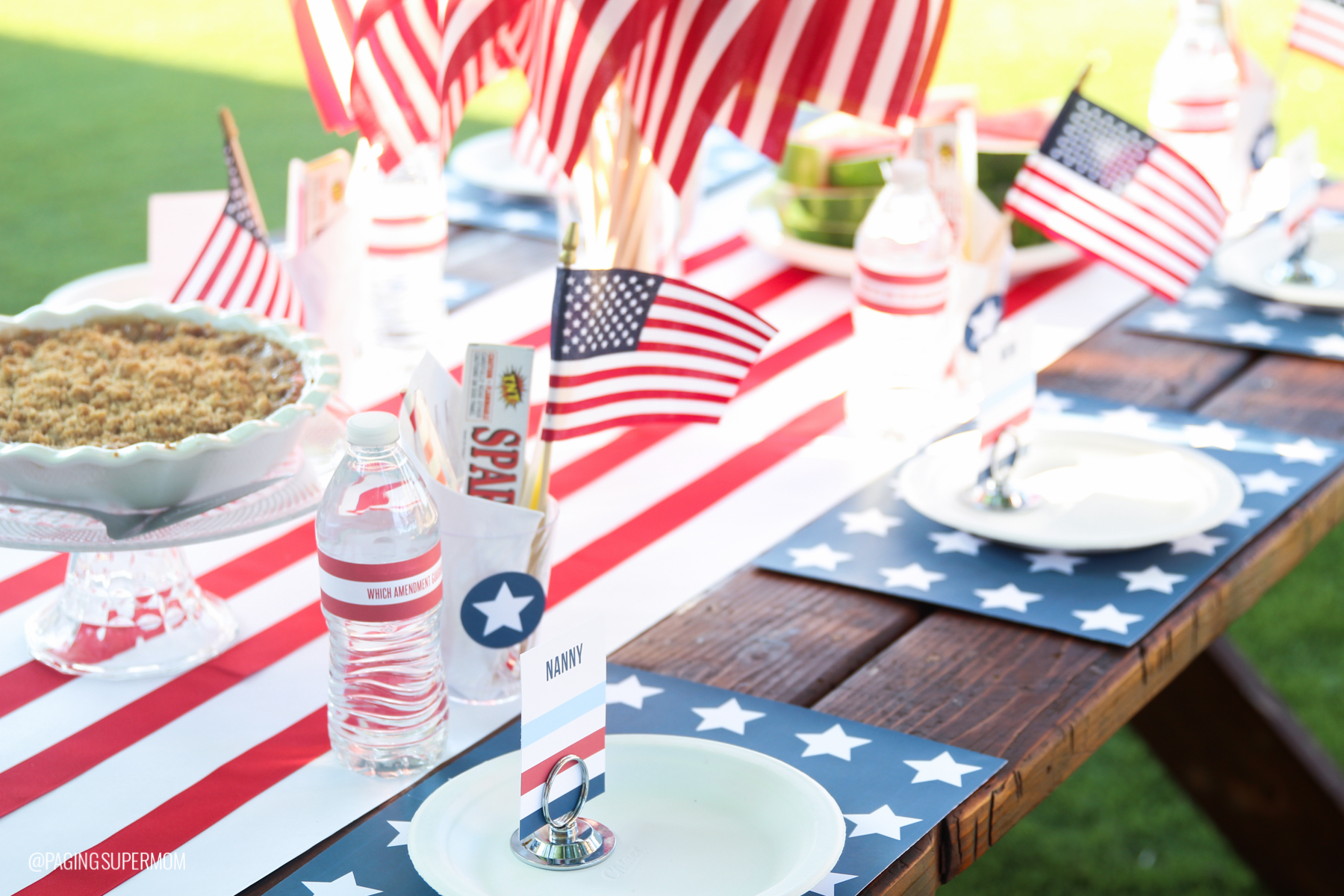 Simple July 4th Decor Ideas and FREE PRINTABLES plus how to host a low-stress Summer barbecue via @PagingSupermom