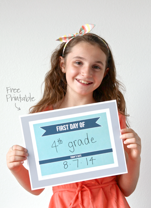 Free Printable Fill-In First Day of School Sign + 8 other super-cool School Photo Sign ideas via @PagingSupermom