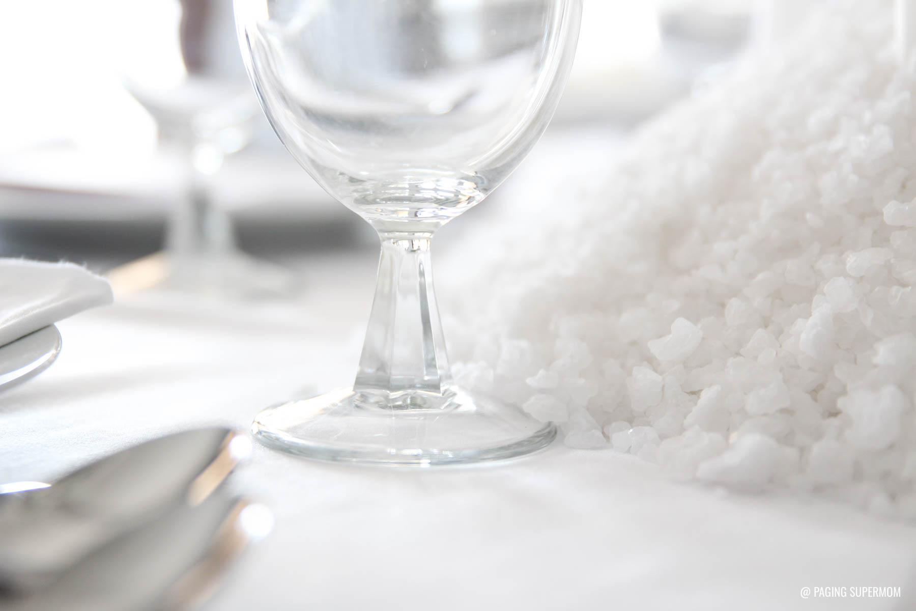 Love this striking WHITE WITCH Elegant Halloween Dinner Party from @PagingSupermom