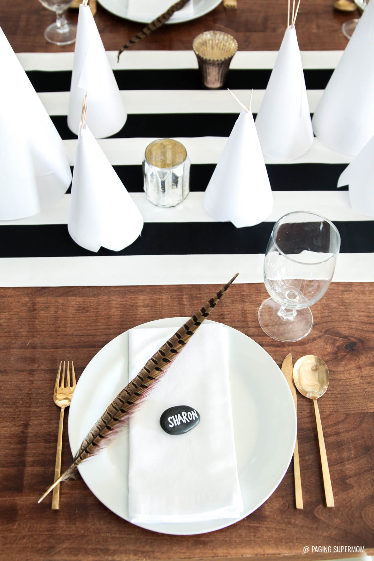Simple Thanksgiving Place Setting - love the black and white Thanksgiving decor via @PagingSupermom