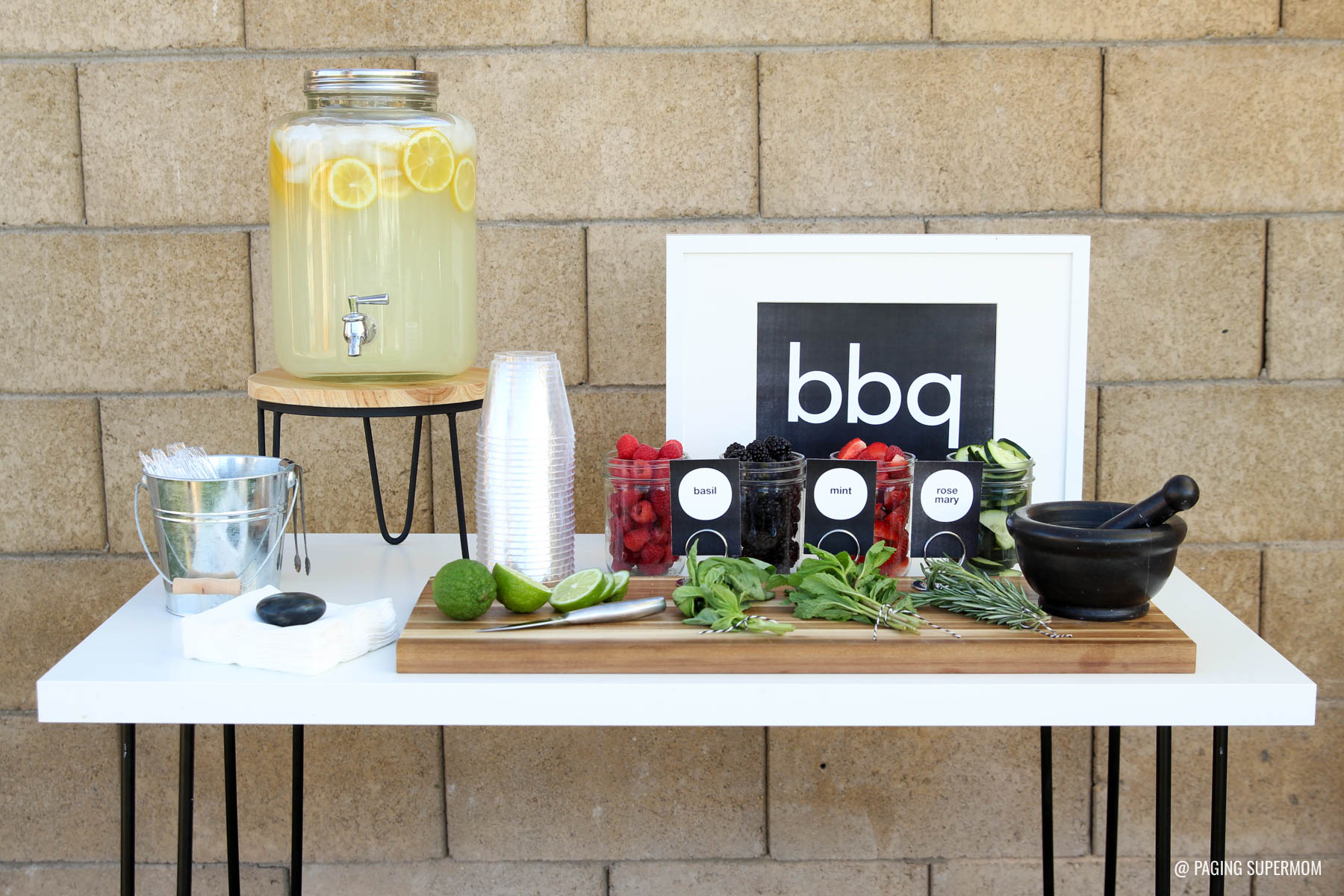 Gourmet Lemonade Bar for a stylish backyard summer BBQ. Get the FREE printable kit and recipes from @PagingSupermom