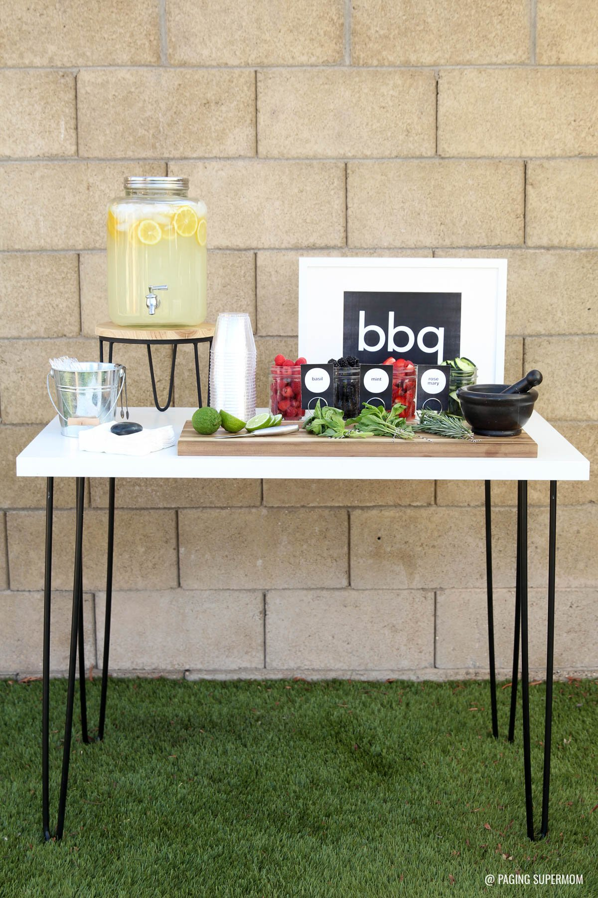 Love these Modern Summer BBQ ideas, especially this gorgeous Lemonade Bar where guests mix up their own gourmet Lemonade. Get recipes and FREE printables from @PagingSupermom