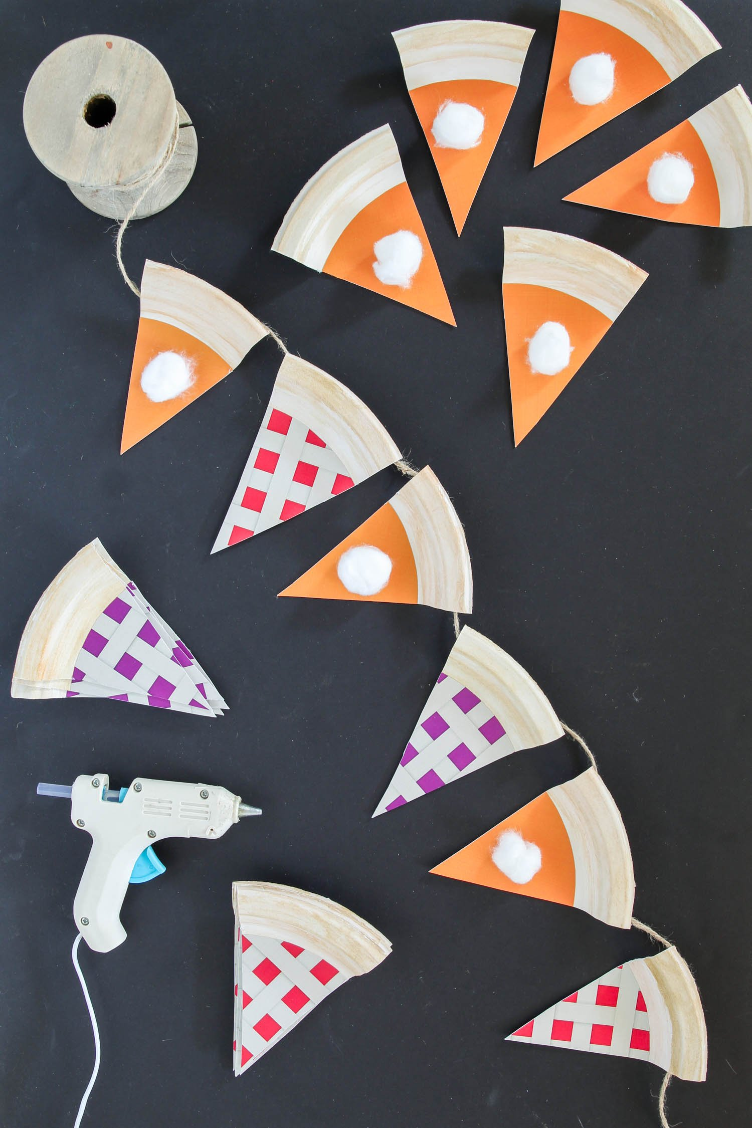Paper Plate Pie Garland - cutest Thanksgiving Banner. Super easy with FREE printable template from @PagingSupermom